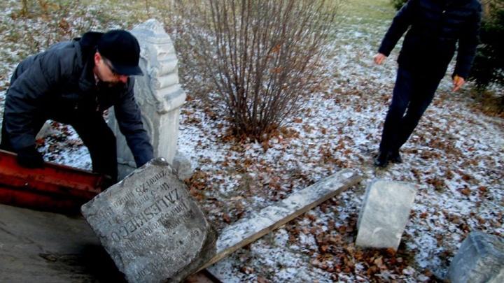 В Омске вернули на кладбище могильный камень, найденный рядом с лицеем