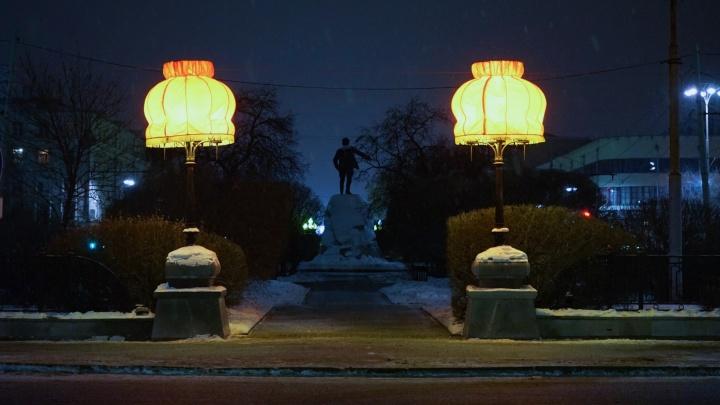 Пока весь город спал, на фонарях у Оперного театра появились абажуры Тимофея Ради