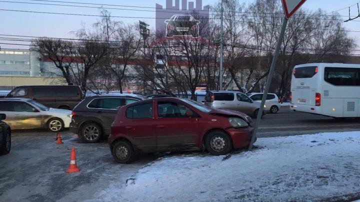 «Тойота» врезалась в дорожный знак после ДТП на выделенной полосе