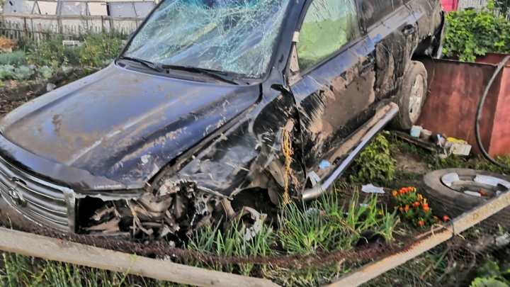 Машина приземлилась в огороде: в КурганеToyota вылетела с дороги