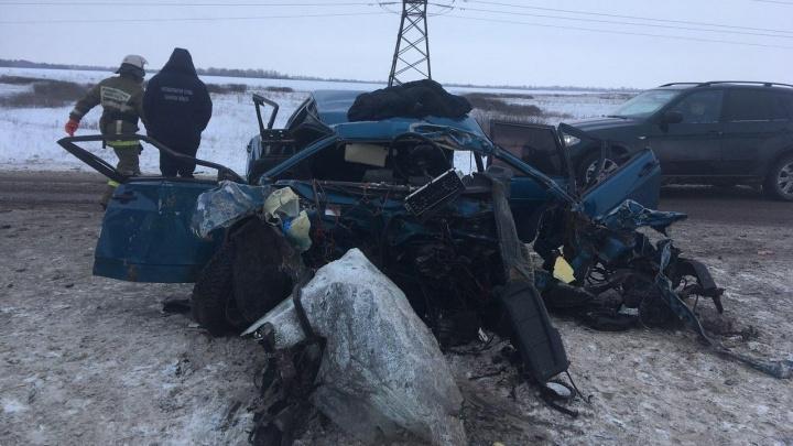 Бесформенное месиво: в Самарской области вдребезги разбились ВАЗ-21099 и эвакуатор