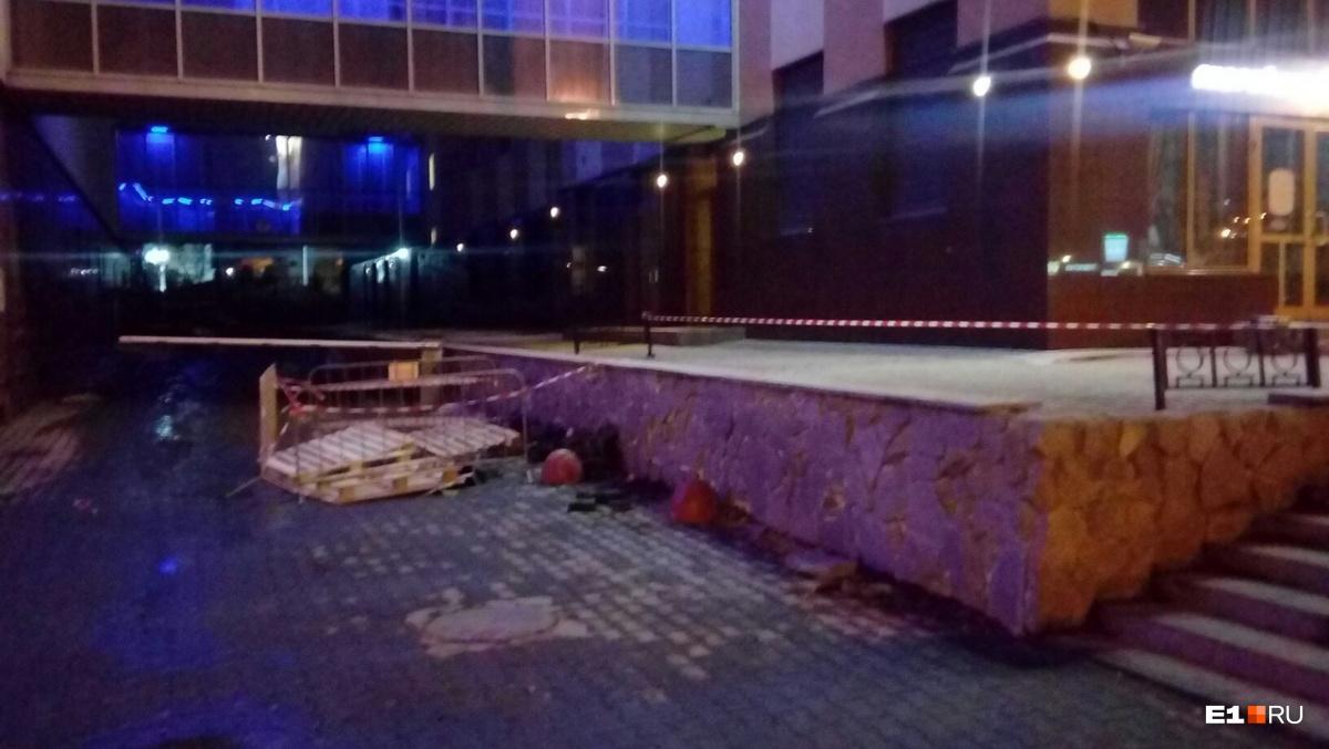 «Тает тротуарная плитка»: в центре Екатеринбурга провалился мусоровоз