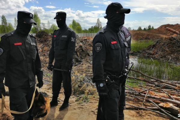По словам экс-чоповца, балаклавы охранники носят, чтобы не волновались родители