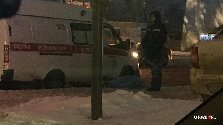 «Рука свесилась с бордюра»: в центре Уфы нашли тело мужчины