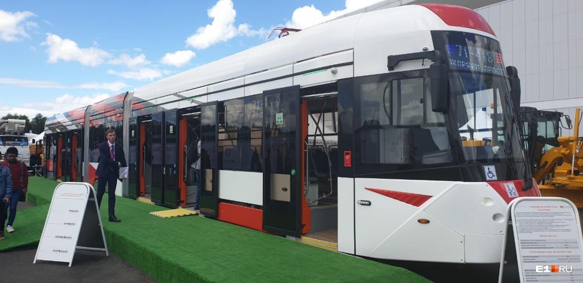 Трехсекционный трамвай 71-418, который может перевозить до 320 человек