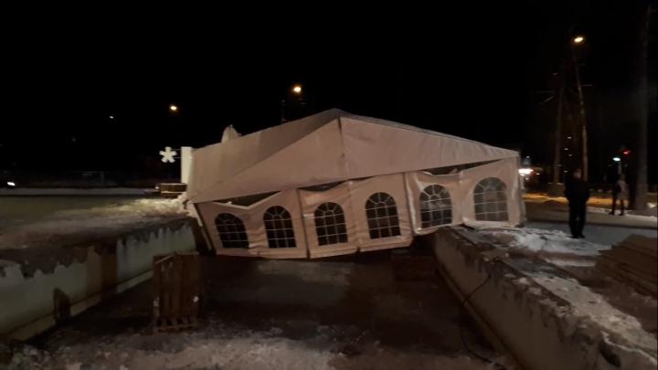 Ураганный ветер снёс шатёр у нового корпуса НГУ