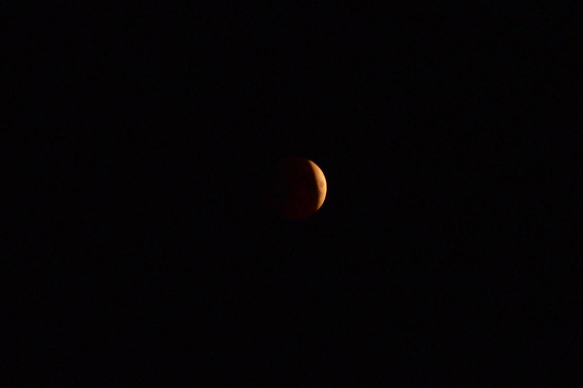 Луна стала красной