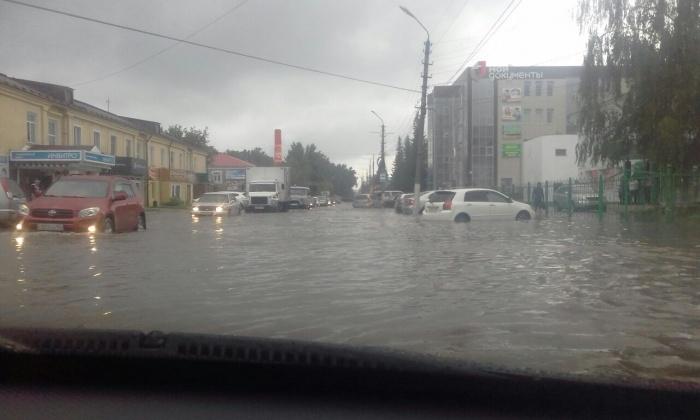 Потоп в центре Искитима днём 18 июля