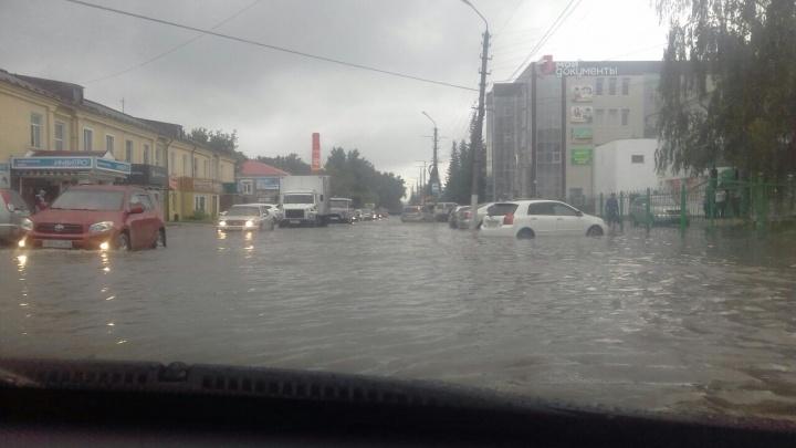 Проливной дождь затопил центр Искитима