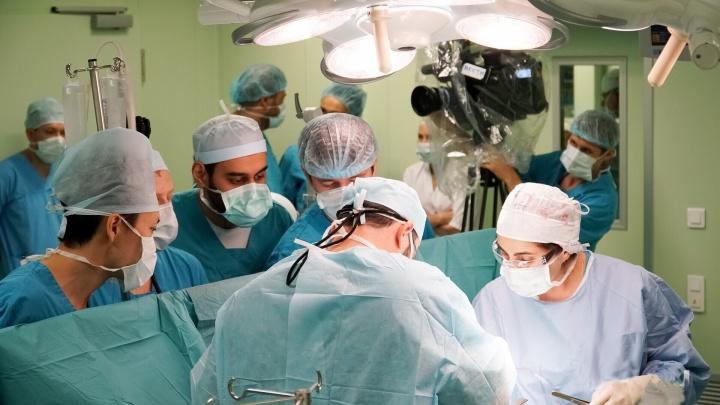 «Стоял у операционного стола на одной ноге». Истории пермских врачей, спасающих людей даже в отпуске