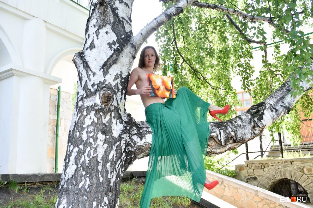 Пока Екатеринбург спал, по городу прогулялись шесть красоток с голой грудью. Посмотрите на это!