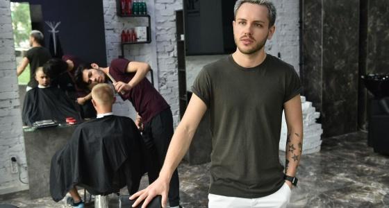 «Ночами сводил бухгалтерию, утром брался за ножницы»: история парикмахера, который стал бизнесменом