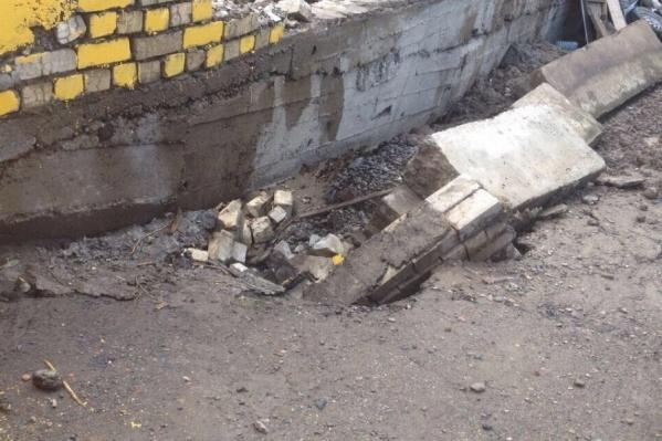 Чиновники района тем временем утверждают, что стена аварийной не является