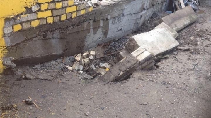 Детскую площадку над подземными гаражами закрыли из-за опасной подпорной стены