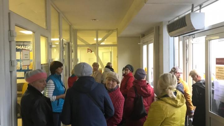 Очередь за здоровьем: архангельские пенсионеры атаковали «Норд-Арену» из-за абонементов в бассейн