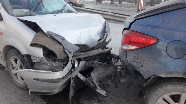 «Ниссан» не успел затормозить на красный: авария заблокировала проезд по Бердскому шоссе