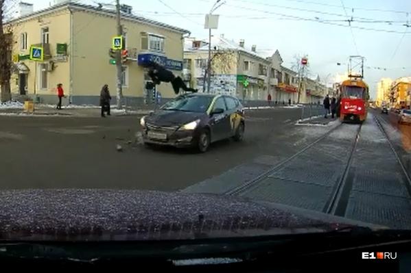 От мощного удара легковушки человека подбросило над автомобилем