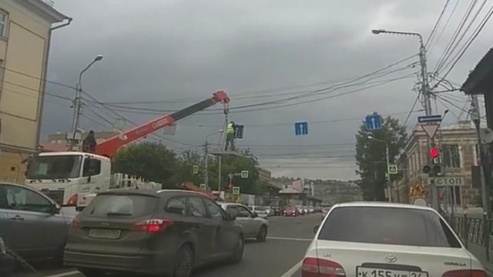 Рабочий с риском для жизни монтировал с крана дорожный знак на Вейнбаума