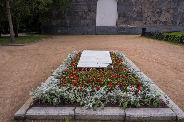 В июне неизвестные разбили на части каменную плиту над братской могилой революционеров