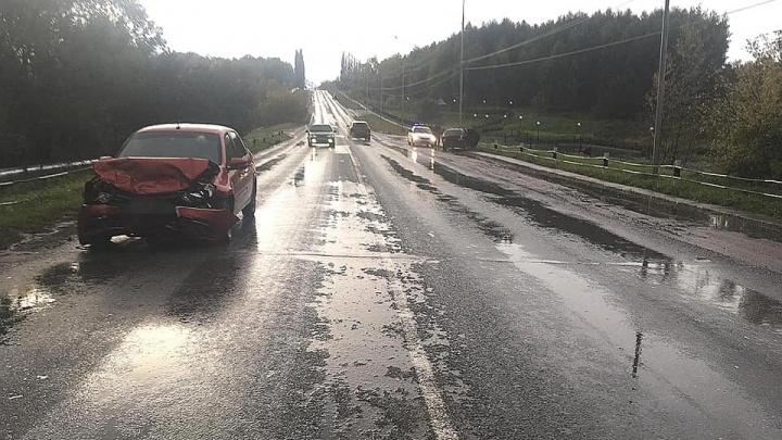 В Башкирии «Лада» впечаталась в машину, которая пропускала встречный транспорт