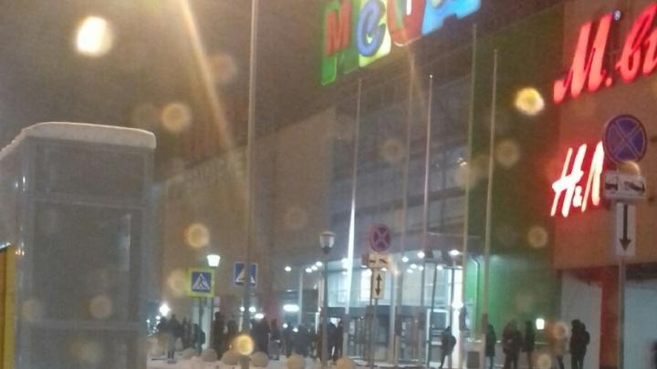 В Самаре экстренно эвакуировали сотрудников и посетителей ТЦ «Мега»