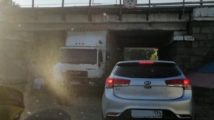 В Волгограде застрявшая под мостом фура образовала пробку