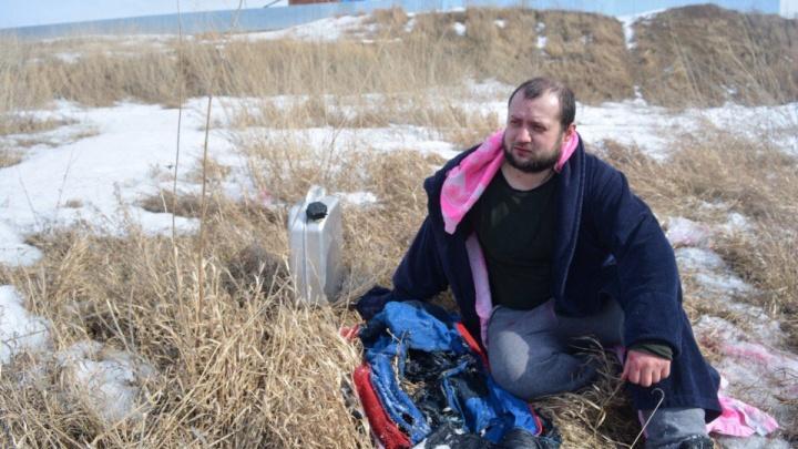 Видео:облившийся бензином новосибирец загорелся и прыгнул в реку