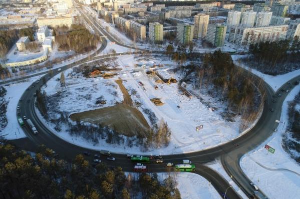 К реконструкции развязки приступили осенью прошлого года. Работы начались с вырубки деревьев внутри кольца