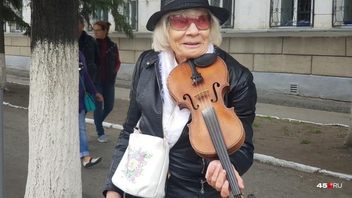 Королева грошика: как бывшая учительница стала уличным музыкантом и завоевала сердца курганцев