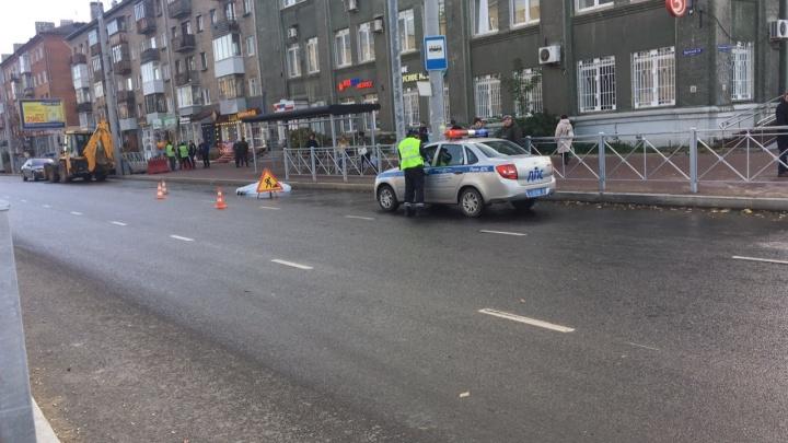 Шла к трамваю: в Перми возле цирка трактор ремонтников насмерть задавил женщину-пешехода