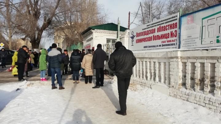 «Полицейские прошли с чемоданом»: в Волгограде эвакуировали областную больницу №3