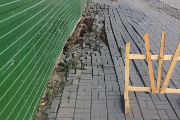 Обвал тротуара на ул. Большевистской. Фото сделано 4 июля