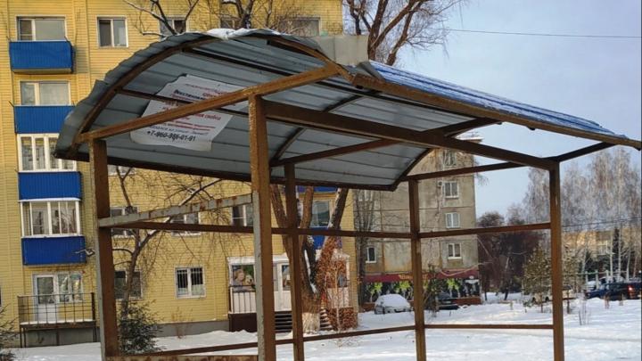 Омичка пожаловалась на то, что в Чкаловском установили остановочный павильон без стен