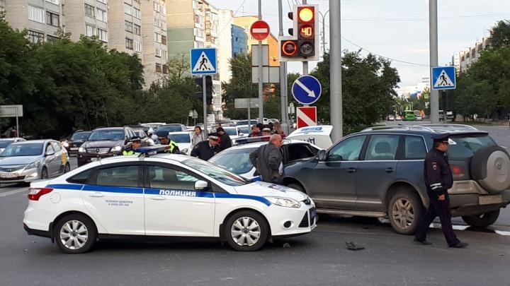 Полицейский Ford попал в ДТП в центре Тюмени
