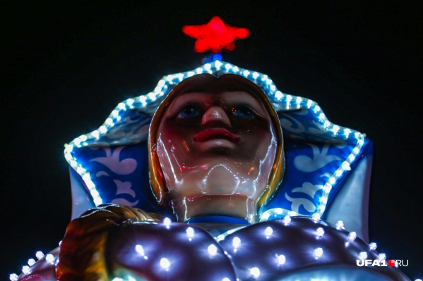 А во лбу звезда горит: на Советской площади Снегурочка светится от счастья