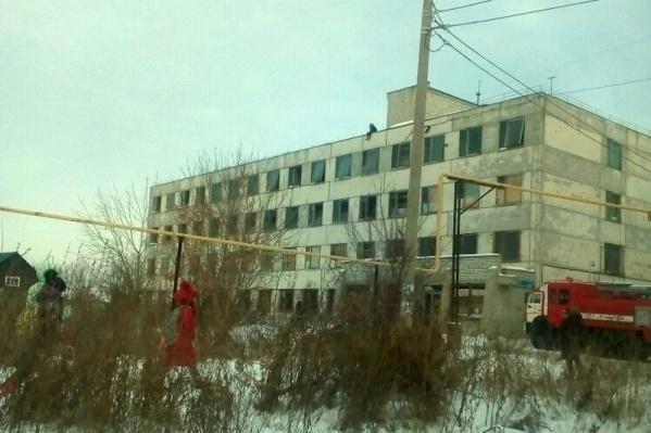 На месте происшествия работали 21 человек и шесть единиц техники