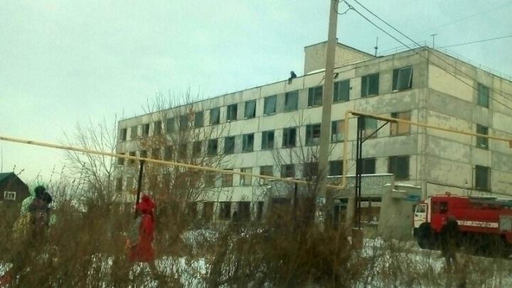 Следователи начали проверку по факту нахождения школьницы на крыше заброшенного здания в Кургане