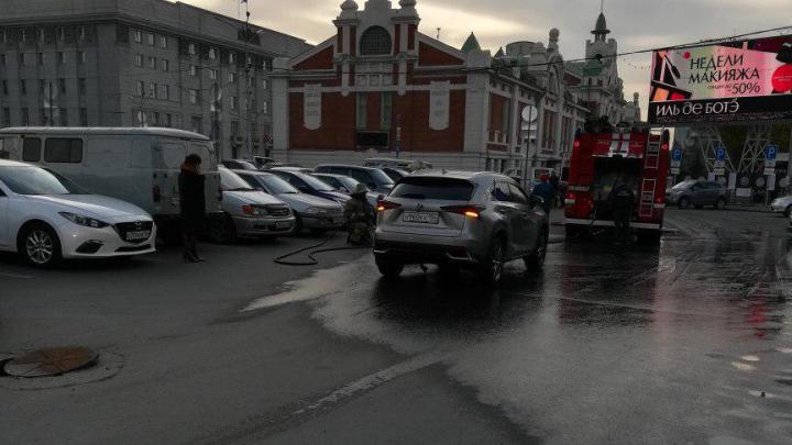 На площади Ленина Lexus пробил топливный бак из-за канализационного люка