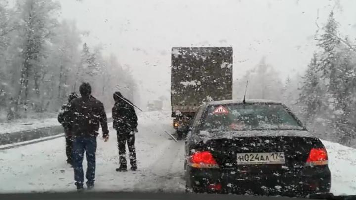 Май месяц: трасса М-5 в Челябинской области встала из-за снега и аварии