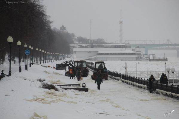 Рабочие пригнали на Волжскую набережную тракторы
