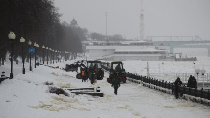 «Не сломал лёд — доломают тракторы»: после потопа на Волжскую набережную вышла коммунальная техника