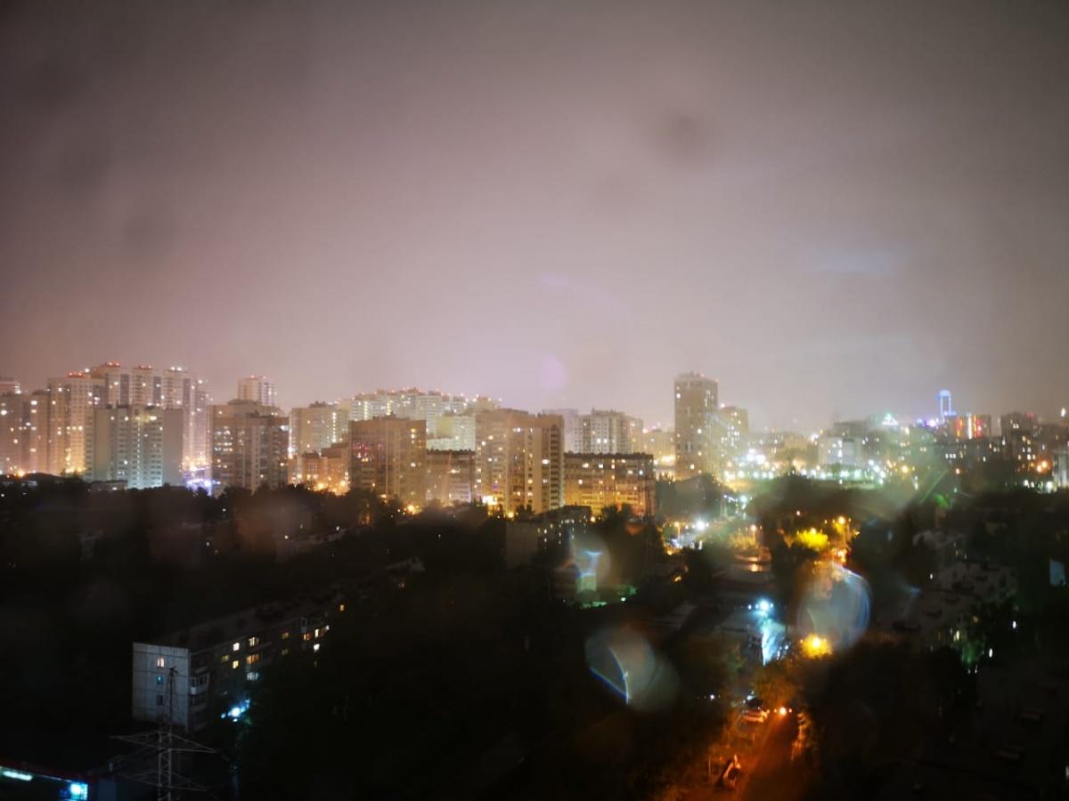 Ночью на Екатеринбург обрушился ливень: подборка самых эффектных фото и видео