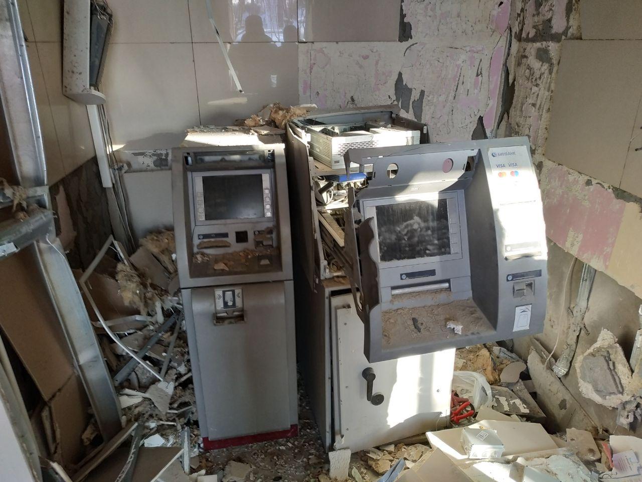 Взрывом повредило не только банкоматы, но и помещение, где они находятся