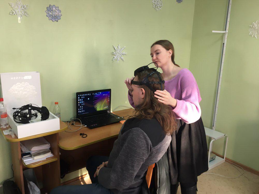 Нейрогарнитура с электродами просто надевается на голову пациенту