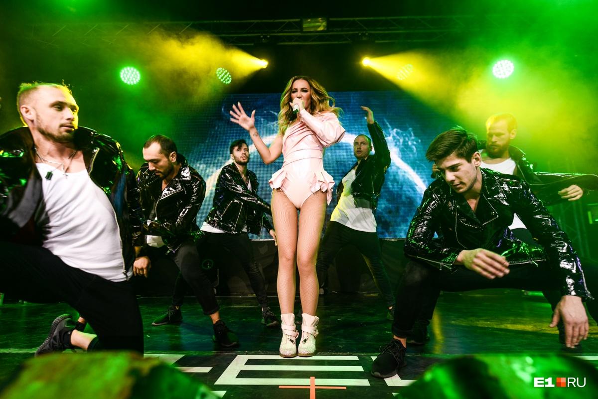 «Ей нет замены!»: Ольга Бузова задержала свой концерт, но поклонники всё равно остались довольны