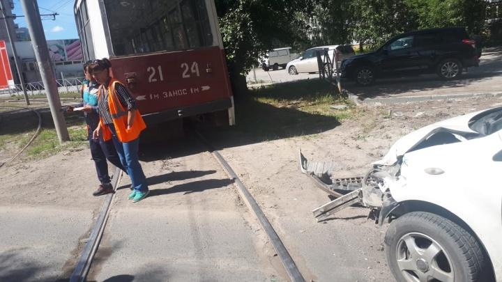 Трамвай с пассажирами попал в аварию на Волховской