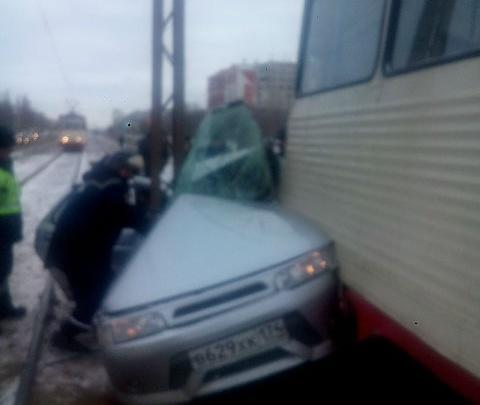 «Не представляю, как могли выжить!»: в Челябинске трамвай впечатал «десятку» в столб