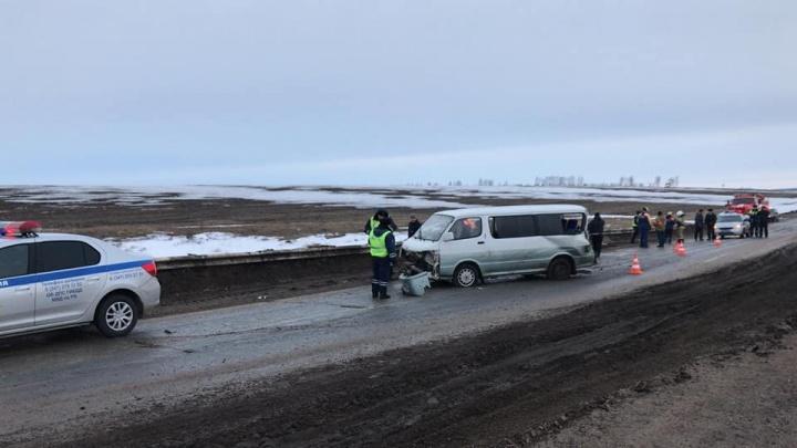 В Башкирии на трассе микроавтобус врезалсяв ограждение: погиб пассажир
