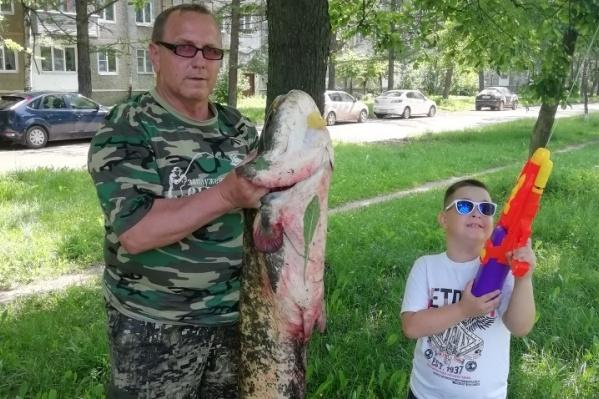 Сергей собирается закоптить сома
