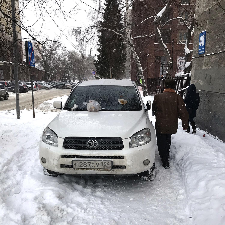 «Я паркуюсь как чудак»: гадкая месть «Тойоте РАВ4»